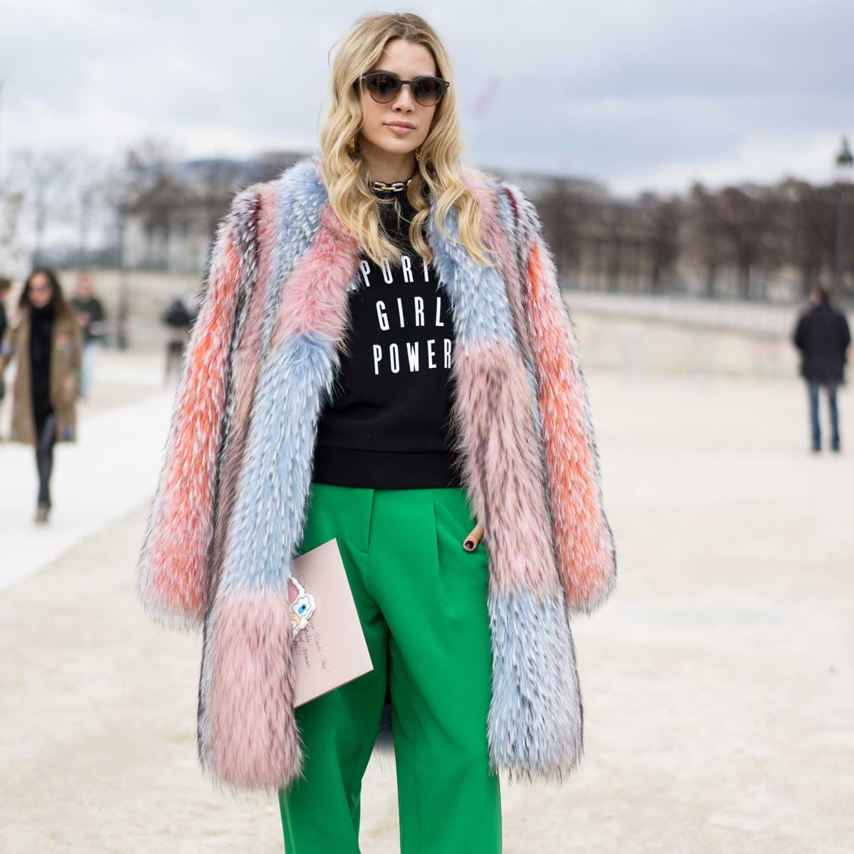 На противагу утилітарним пуховим курткам в моду увійшло хутро  сюрреалістичних кольорів та форм. 71c46f2a94e8c