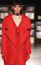 Дизайнерсьі моделі пальт червоного кольору