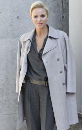 Принцеса Монако Шарлен у шкіряному пальті і лляному комбінезоні