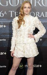 Софі Тернер у білому мереживному костюмі