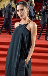 Вікторія Бекхем в чорному брючному комплекті з максі-топом