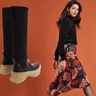 Модные резиновые сапоги и девушка в цветастой юбке