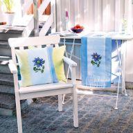 Вишиваємо подушку і доріжку на стіл блакитними ломинісами