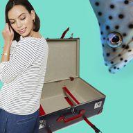 дівчина у пуловері-тільнику і відкрита валіза