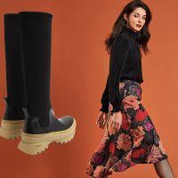 Модні гумові чоботи і дівчина у квітчастій спідниці