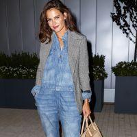 Кеті Холмс у джинсовому комбінезоні і твідовому жакеті