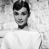 Одрі Хепберн у білій сукні з довгим рукавом
