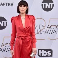 Румер Уиллис в огненно-красном атласном платье