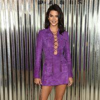 Кендал Дженнер у фіолетовій сукні в стилі сафарі