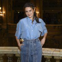 Шейлин Вудли в рубашке оверсайз и джинсах