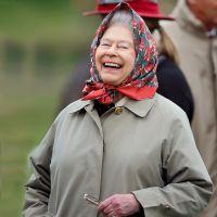 Англійська королева Єлизавета в плащі і хусточці
