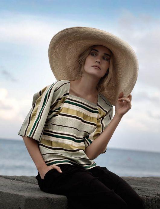 Блузка з вирізом каре