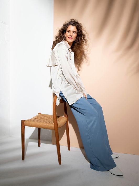 Блуза-рубашка с широким воланом на спинке