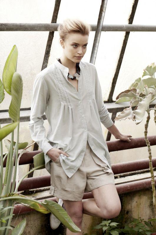 Блуза-сорочка зі складками і коміром-стойкою
