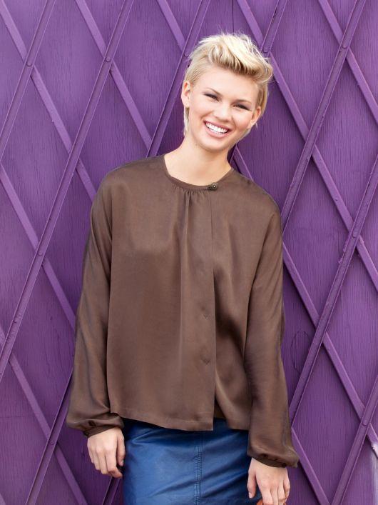 Блуза прямого крою з асиметричною застібкою