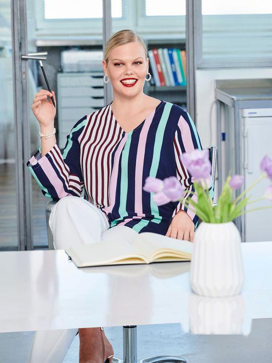 Блуза просторного кроя с V-образным вырезом