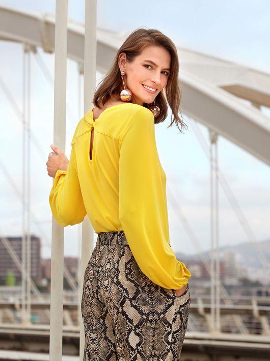 Блуза трикотажна з фігурним вирізом на спинці