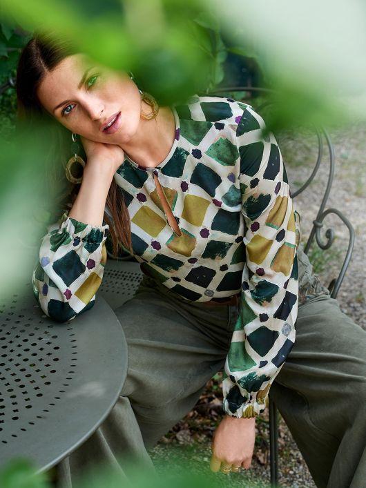 Блузка простого крою з вирізом-крапелькою