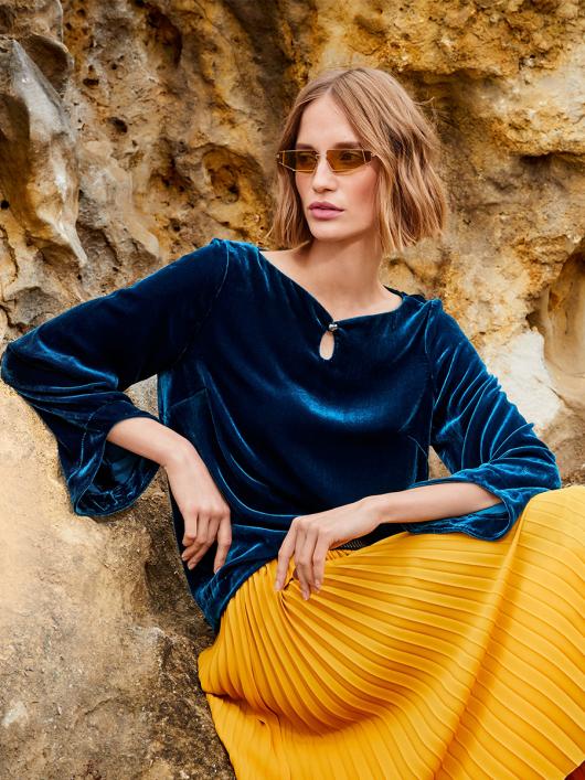 Блуза оксамитова прямого крою з вирізом-крапелькою