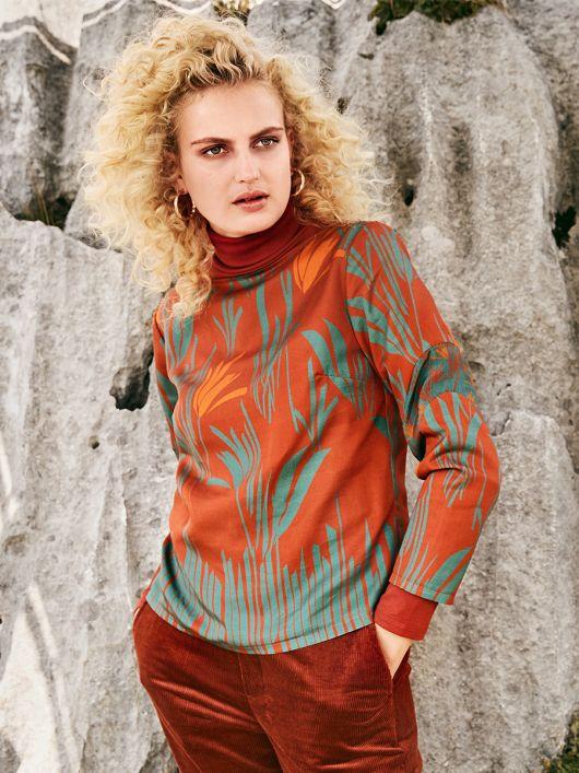 Блузка с фигурными вставками на рукавах