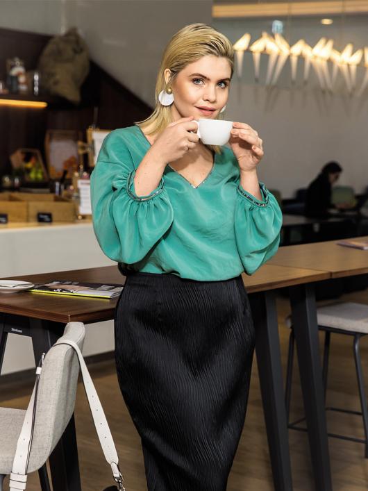 Блуза з V-подібним вирізом і пишними рукавами
