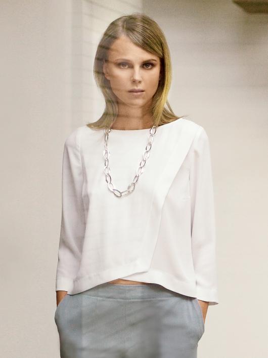 Лаконічна блуза з ефектом запаху