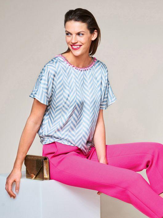 Блуза з V-подібним вирізом на спинці