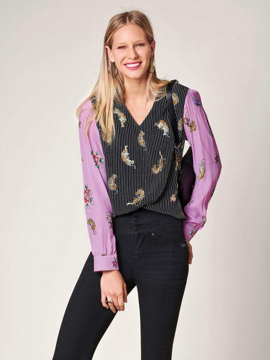 Блузка прямого крою з V-подібною горловиною