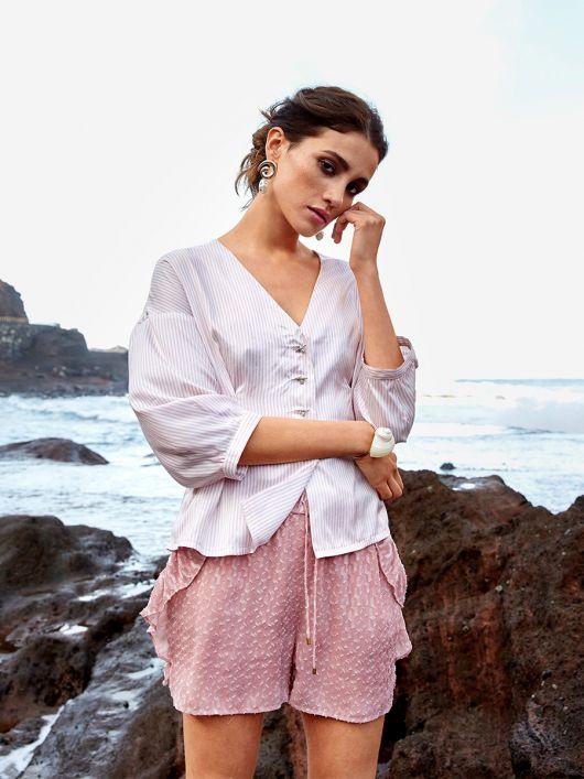 Блуза приталенного кроя с пышными рукавами