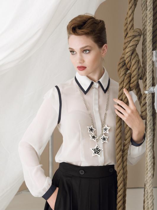 Блузка класичного крою з воланами на рукавах