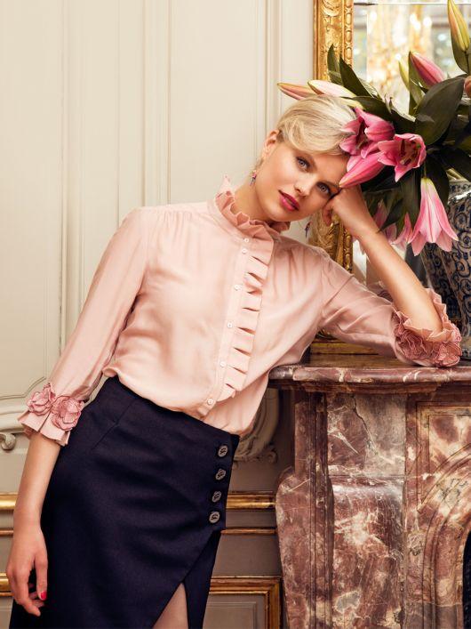 Блузка сорочкового крою із квітковими мотивами на рукавах