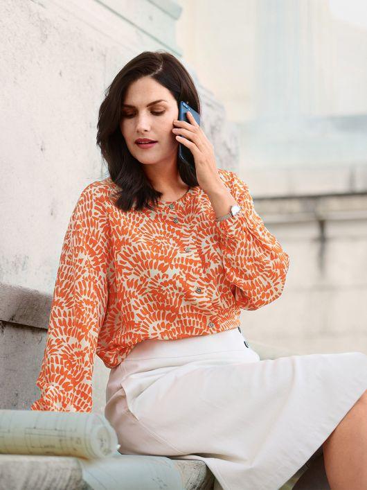 Блузка-рубашка с круглым вырезом и эластичными кулисками