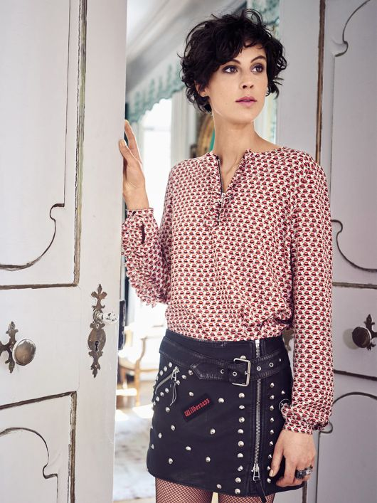 Блузка прямого крою з рюшами і оборками