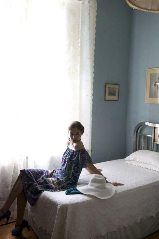 Сукня прямого крою з вирізом кармен