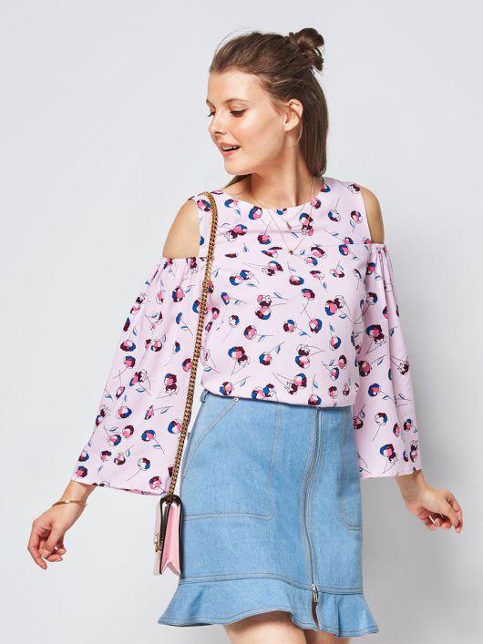 Блуза з широкими рукавами і відкритими плечима