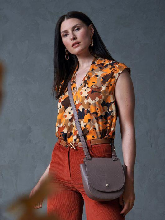 Блузка із видовженою лінією плечей