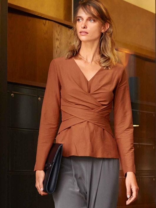 Блузка приталена з перехресними планками