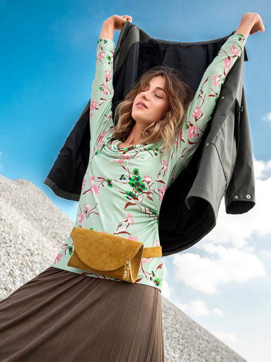Пуловер приталеного силуету з вирізом-гойдалкою