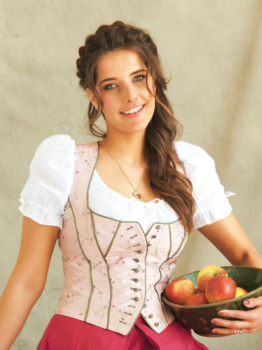 Блузка батистова у баварському стилі
