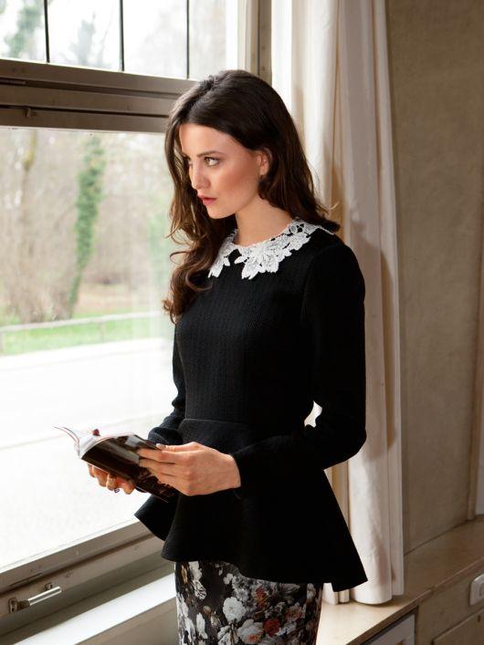 Блузка з баскою і мереживним коміром