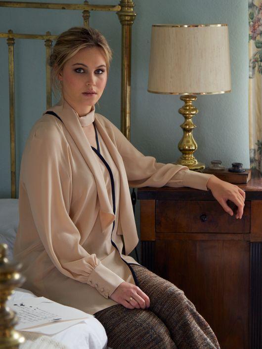 Блуза сорочкового крою з шарфом