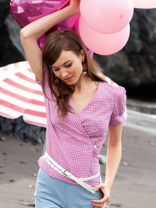 Блузка із запахом і глибоким вирізом