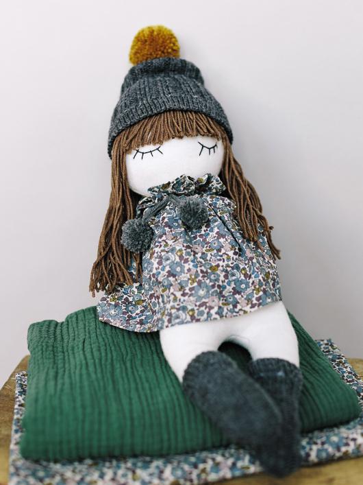 Лялька м'яка у сукні і шапці