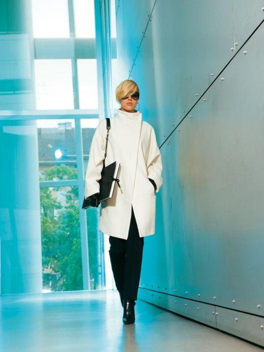 Пальто з асиметричною застібкою і коміром-стойкою