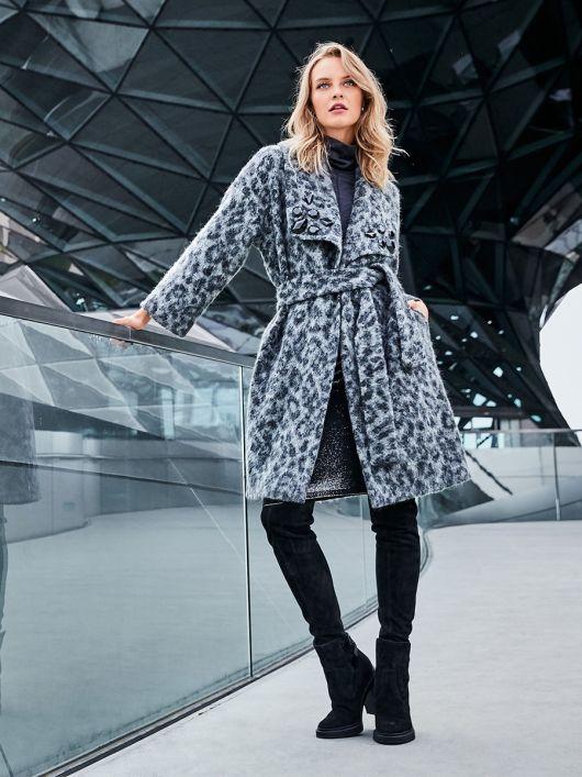 Пальто із запахом і широким шалевим коміром