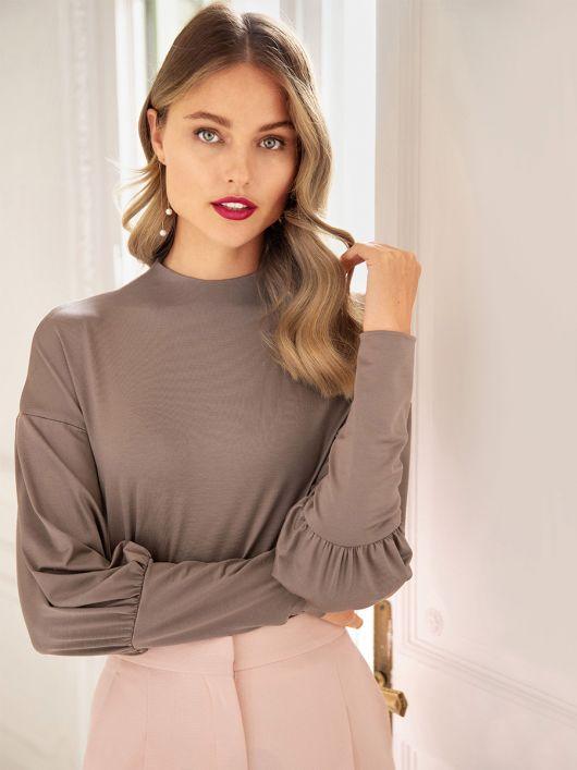 Пуловер с высокими манжетами на рукавах