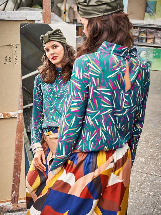 Блузка прямого силуету з широким коміром-стойкою