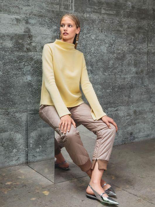 Пуловер простого кроя с широким воротником стойкой