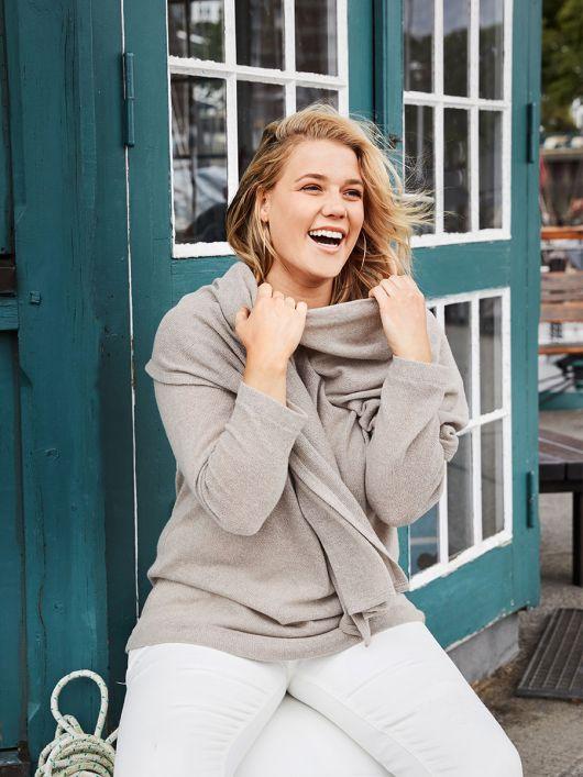Пуловер із широким вшивним шарфом