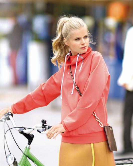 Пуловер в спортивному стилі